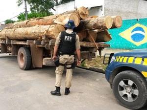Cerca de 10 metros cúbicos de madeira, em toras, foram apreendidos (Foto: Divulgação/PRF)