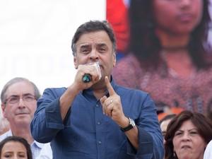 Aécio Neves durante as comemorações de   1° de Maio na organizada pela Cut e   movimentos sindicais na Praça Campo de   Bagatelle, em Santana.  (Foto: Mário Âneglo/Sigma Press/Estadão Conteúdo)
