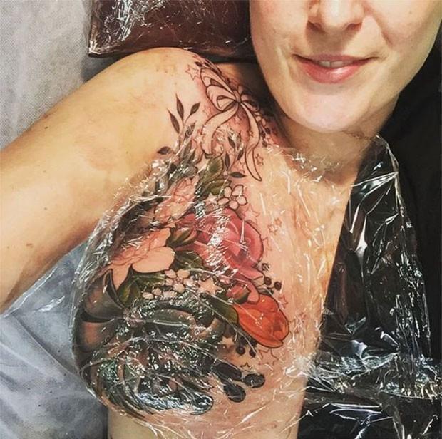 A tatuagem foi feita em uma sessão dolorosa de 13 horas em julho (Foto: BBC/Alison Habbal)