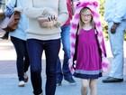 Filha de Jennifer Garner passeia com a mãe com chapéu de gatinho