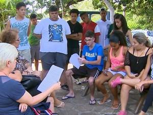 Estudantes se reuniram com a direção da escola estadual em Araraquara (Foto: Paulo Chiari/ EPTV)