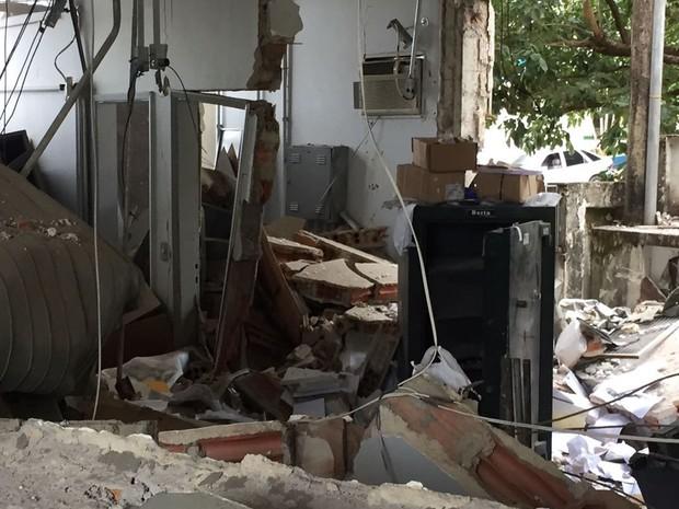 Agências ficaram destruídas devido às explosões (Foto: David de Tarso/TV Fronteira)