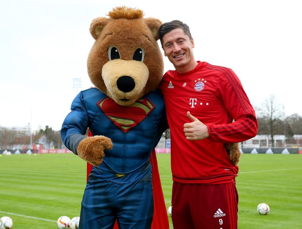 BLOG: Para o alto e avante! Mascote do Bayern visita elenco com roupa de Superman