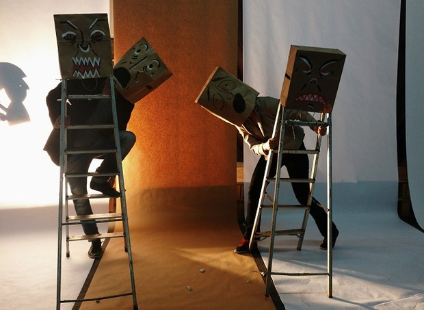 Placas, desenhos e cartazes compõem o cenário da peça e exigem atenção (Foto: Cia De Feitos/Divulgação)