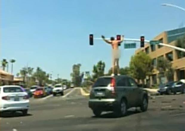 Motorista tirou a roupa e subiu em cima de outro veículo. (Foto: Reprodução)