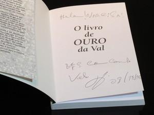 Val Marchiori faz dedicatória em livro para Narcisa Tamborindeguy (Foto: Léo Martinez/EGO)
