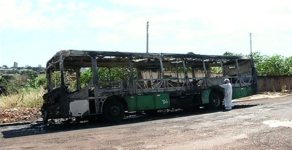 Polícia apura se detentos ordenaram ataques que incendiaram veículos em Jataí (Foto: Reprodução/TV Anhanguera)