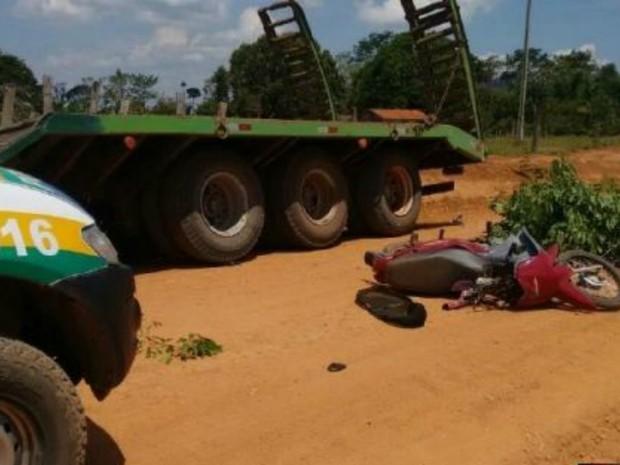 Menino de 11 anos morreu após bater de moto na traseira de um caminhão em São Miguel do Guaporé (Foto: Rota Comando/Reprodução)