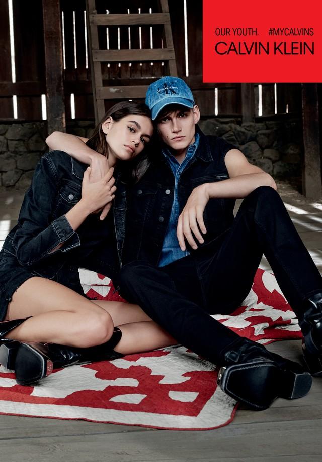 Kaia e Presley Gerber na campanha da Calvin Klein Jeans (Foto: Reprodução/Instagram)