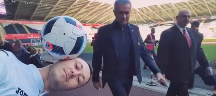BLOG: Mourinho acaba com festa de torcedor do Swansea que equilibrava bola na cabeça