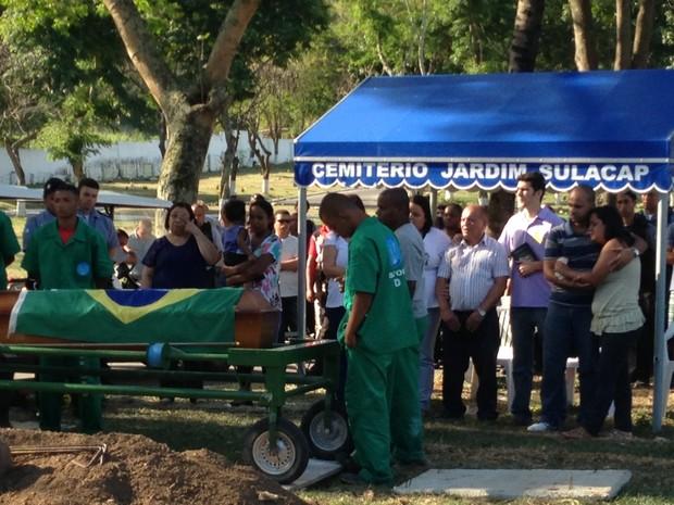 Coronel Frederico Caldas, chefe das UPPs, participou da cerimônia e levou caixão até o túmulo (Foto: Káthia Mello/G1)