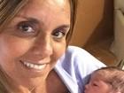Mãe de Felipe Simas posa com a neta recém-nascida: 'Felicidade'
