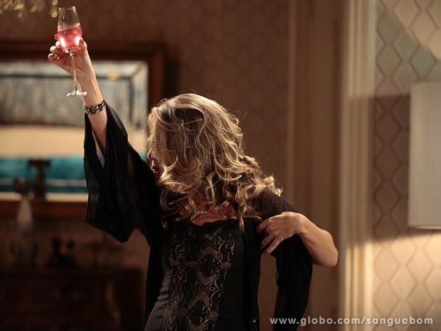 Até bater cabelo vale na hora de celebrar a vingança (Foto: Sangue Bom / TV Globo)