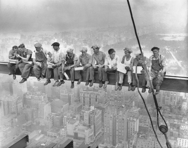 'Lunch atop a skyscraper' ('Almoço no topo de um arranha-céu'), de Charles C. Ebbets. Imagem histórica completa 80 anos (Foto: Reuters/Charles C. Ebbets/Corbis)