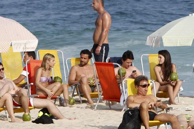 Fred na praia com amigos (Foto: Gil Rodrigues / Foto Rio News)