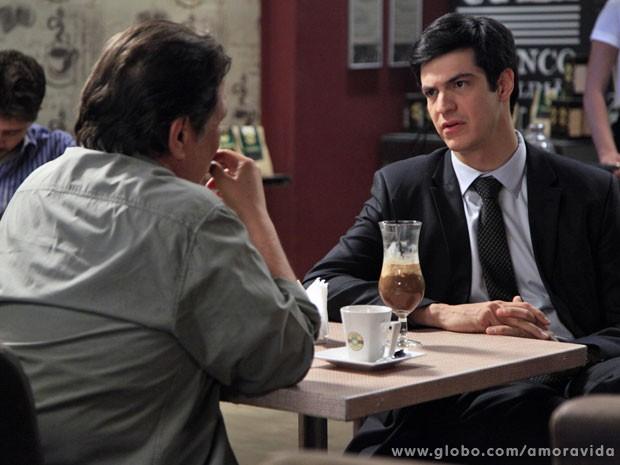 F�lix procura At�lio para oferecer emprego (Foto: Ellen Soares / TV Globo)