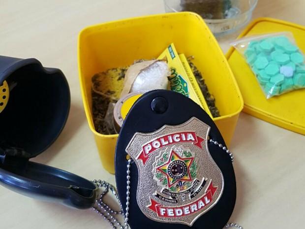 PF acompanha carteiro em entrega de encomenda de ecstasy e prende 3