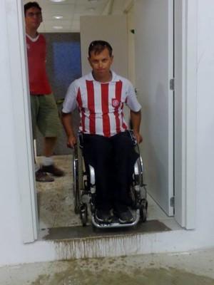 RS Paradesporto fotografou dificuldades de cadeirantes no anel superior do Beira-Rio (Foto: RS Paradesporto/Divulgação)