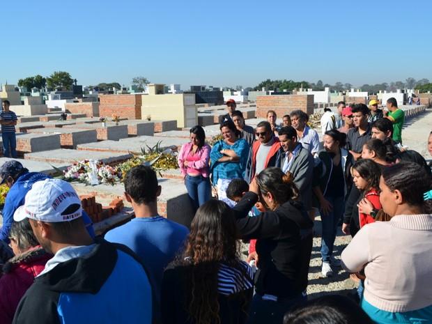 Amigos e parentes acompanham enterro de rapaz morto em Piracicaba (Foto: Thomaz Fernandes/G1)