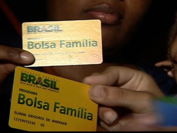 Boato de suspensão do Bolsa Família leva centenas de pessoas a agências da Caixa (Foto: Reprodução Globo News)