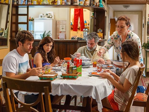 Tina, Manuel, Bélgica, Israel e Itália almoçam e conversam sobre Caíque (Foto: Artur Meninea/Gshow)