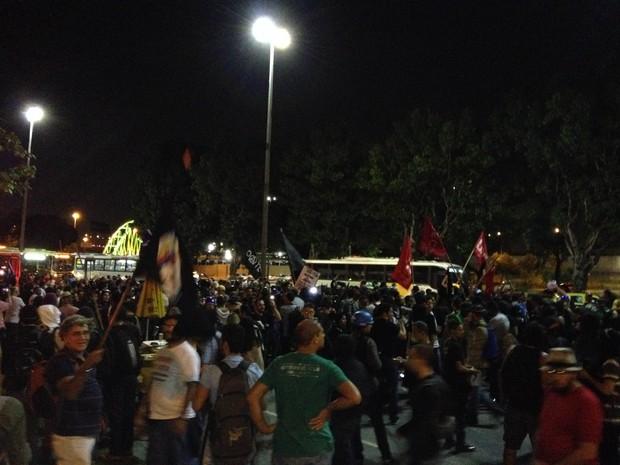 Manifestantes em frente à prefeitura (Foto: Henrique Coelho / G1)