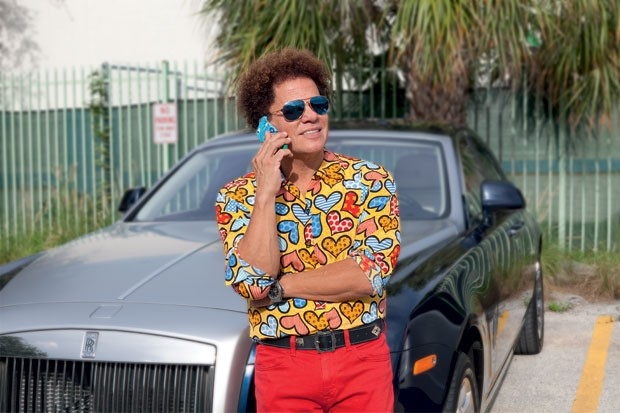 O artista brasileiro Romero Britto 18 grandes obras espalhadas por Miami, onde mora. Lá, ostenta carrões, roupas e uma rede de amigos influentes (Foto: Jill Peters)