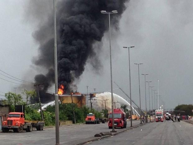 Incêndio atinge um dos tanques em área industrial de Santos (Foto: Orion Pires/G1)