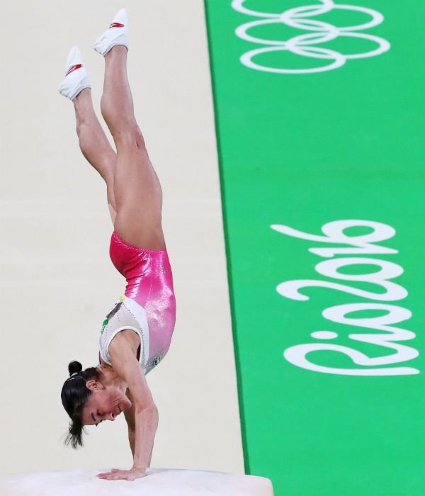 Oksana Chusovitina, 41 anos, em sua apresentação no salto durante as Olimpíadas do Rio (Foto: Getty Images)