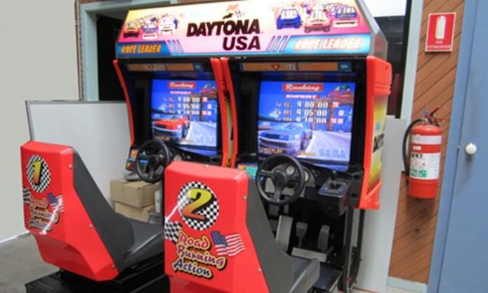 Daytona USA é uma das máquinas arcade mais populares de todos os tempos (Foto: Reprodução / arcadeclassics.com)