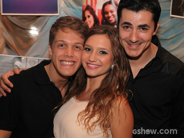 Lorena Comparato faz a festa ao lado de Magno Bandarz e Daniel Torres (Foto: Pedro Curi/TV Globo)