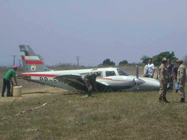 Bombeiros retiraram combustível de avião que transportou Governador Ricardo Coutinho (Foto: Taiguara Rangel/G1)