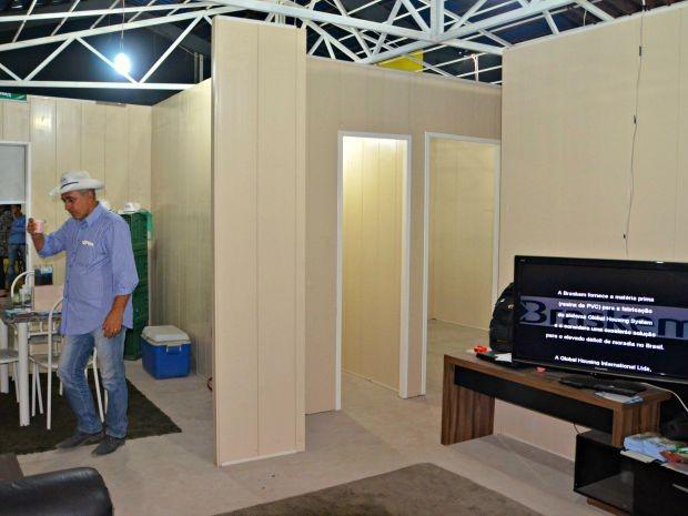 Empresário diz que casa é finalizada em sete dias (Foto: Caio Fulgêncio/G1)
