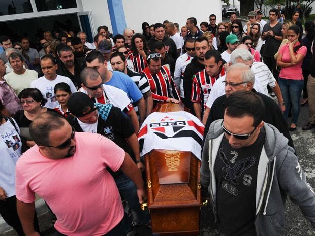 Bandeira do São Paulo foi colocada sob caixão de jovem morto em Santa Maria (Foto: Adriano Lima/Brazil Photo Press/Estadão Conteúdo)