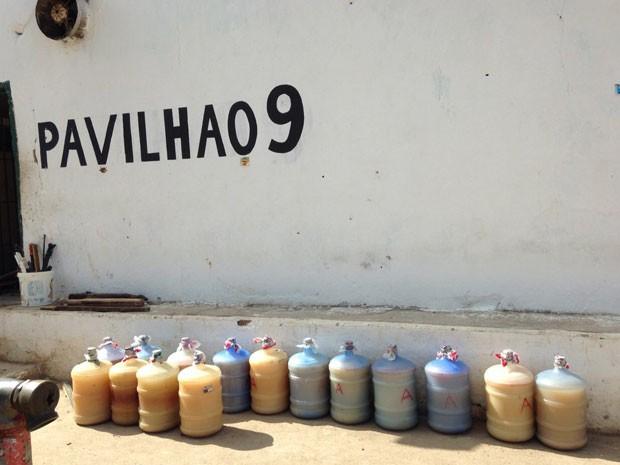 Vistoria recolheu 340 litros de cachaça produzida de forma artesanal no presídio (Foto: Seres/Divulgação)