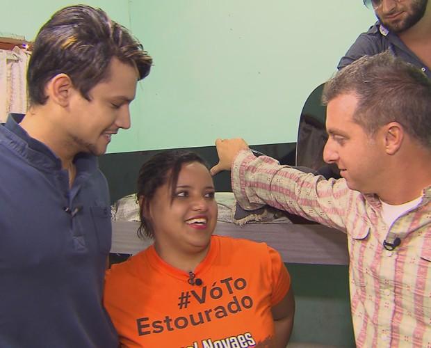 Israel Novaes, Camila e Huck no show privado do cantor para a fã (Foto: Caldeirão do Huck/TV Globo)