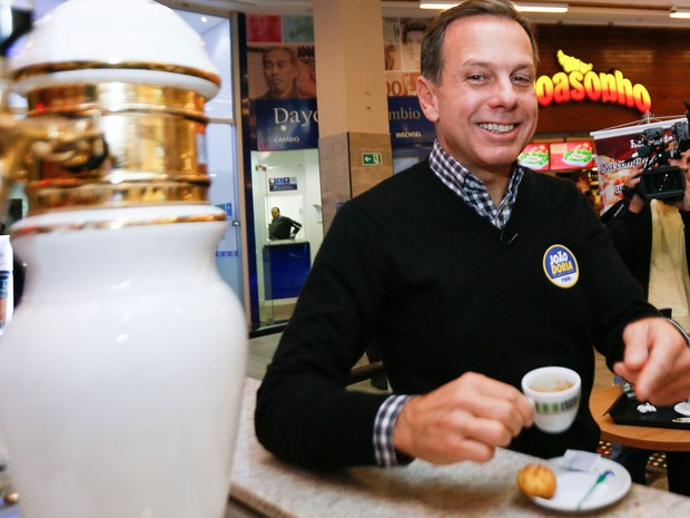 João Doria, candidato à Prefeitura de São Paulo pelo PSDB, toma um café em um shopping na Avenida Paulista na manhã desta quinta-feira  (Foto: Marcelo D. Sants/Framephoto/Estadão Conteúdo)