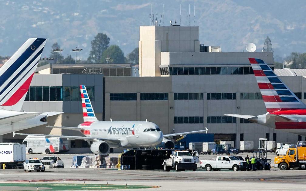 Caminhão de abastecimento tombou após colisão com aeronave da Aeroméxico no Aeroporto Internacional de Los Angeles (Foto: Damian Dovarganes / AP Photo)