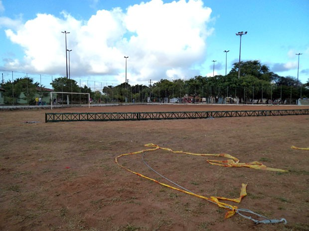 Estrutura de ferro que sustenta a árvore natalina da zona Norte de Natal tombou na manhã desta segunda (9) (Foto: Ana Regina)