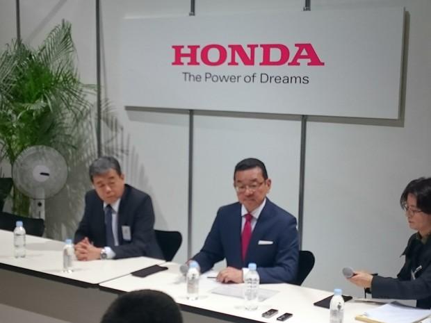 Presidente mundial da Honda, Takahiro Hachigo, dá entrevista no Salão de Tóquio (Foto: Luciana de Oliveira/G1)