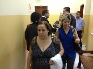 """Mãe da vítima, emocionada, fala pouco ao chegar ao júri: """"só quero justiça"""". (Foto: Assem Neto/G1 RO)"""