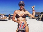 Daniella Cicarelli posa de biquíni curtindo férias