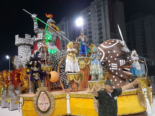 Escola de samba X-9, carnaval de Santos (Foto: Mariane Rossi/G1)