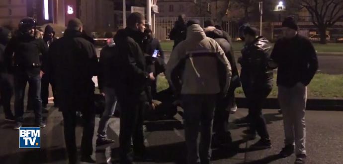 Thiago Motta atropela torcedor em protesto