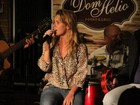 Carolina Dieckmann se diverte em festa organizada por Eri Johnson
