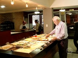 Nascido em Portugal, Manoel de Mattos abriu um restaurante em Volta Redonda (Foto: Reprodução/TV Rio Sul)