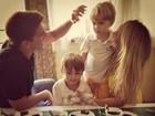 Danielle Winits posta foto com os filhos e o namorado: 'Nossa família'