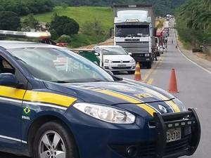 PRF interdita rodovia no município de Flexeiras (Foto: Divulgação/PRF)