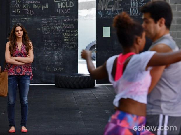 Dando apoio à amiga, Luiza assiste aula de Alice (Foto: Raphael Dias/ TV Globo )