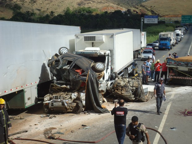 Pessoas que acompanhavam o resgate de um acidente foram atingidas por uma carreta. (Foto: Elvis Passos)